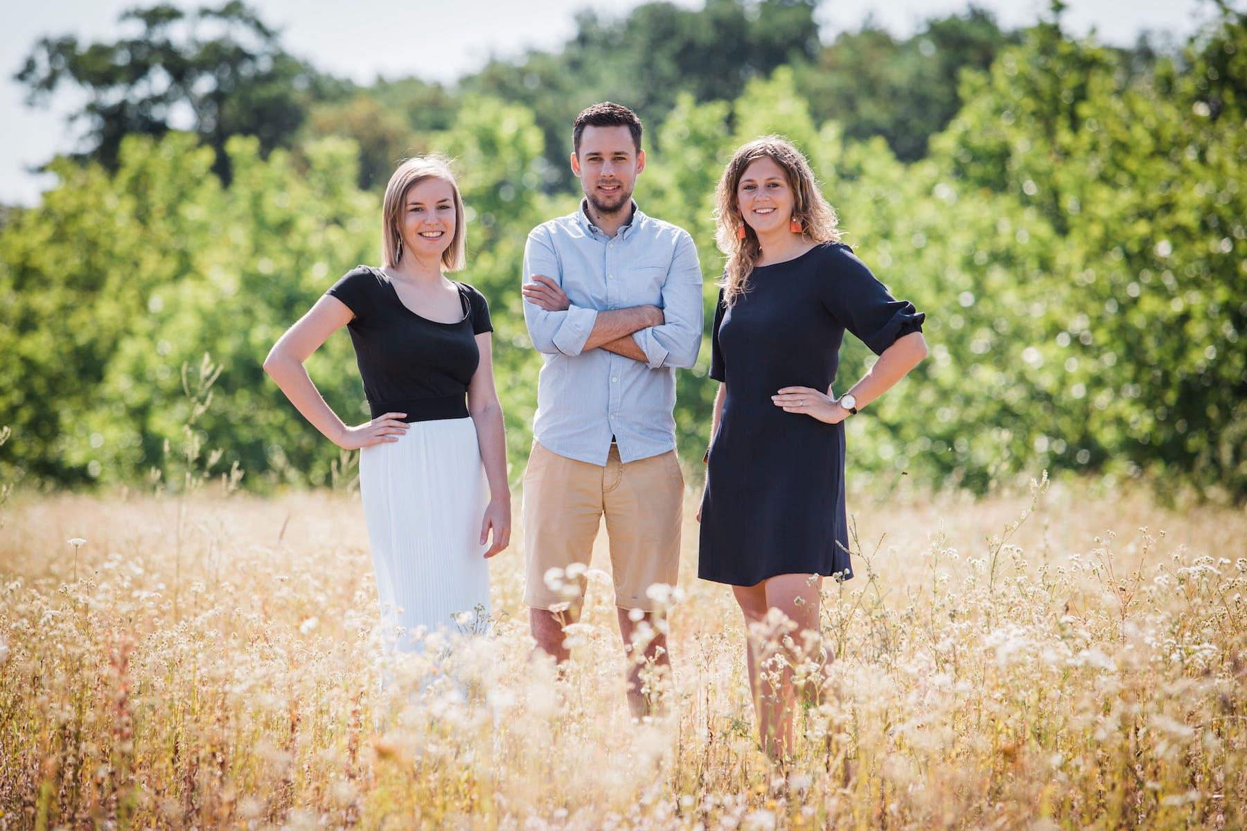 Charlotte, Tobias & Marlies in grasveld